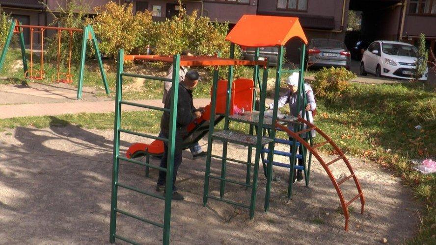 У Франківську дитячий майданчик облаштували з переробленого пластику. Фото