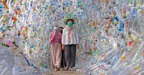 В Индонезии открыли музей под открытым небом из пластикового мусора – видео