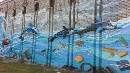 У Києві з'явився унікальний мурал, створений із пластикового сміття