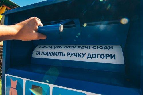 """В Киеве установили """"корзины добра"""" для лишних вещей: что и где принимают"""